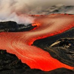 Coulée de lave fluide à Hawaï après une éruption du Kilauea