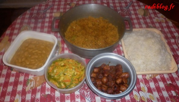 riz-gros-pois-achard-legumes-carry-saucisses-rougail-morue